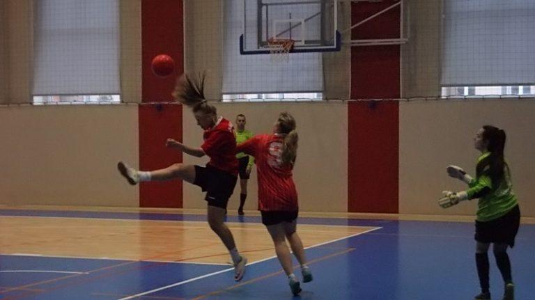SZS: Siostry Kruk i ZS3 Dzierżoniów w wojewódzkim finale futsalu dziewcząt