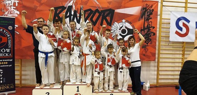 Karate: 15 medali karateków UKKS OBI w Radomsku