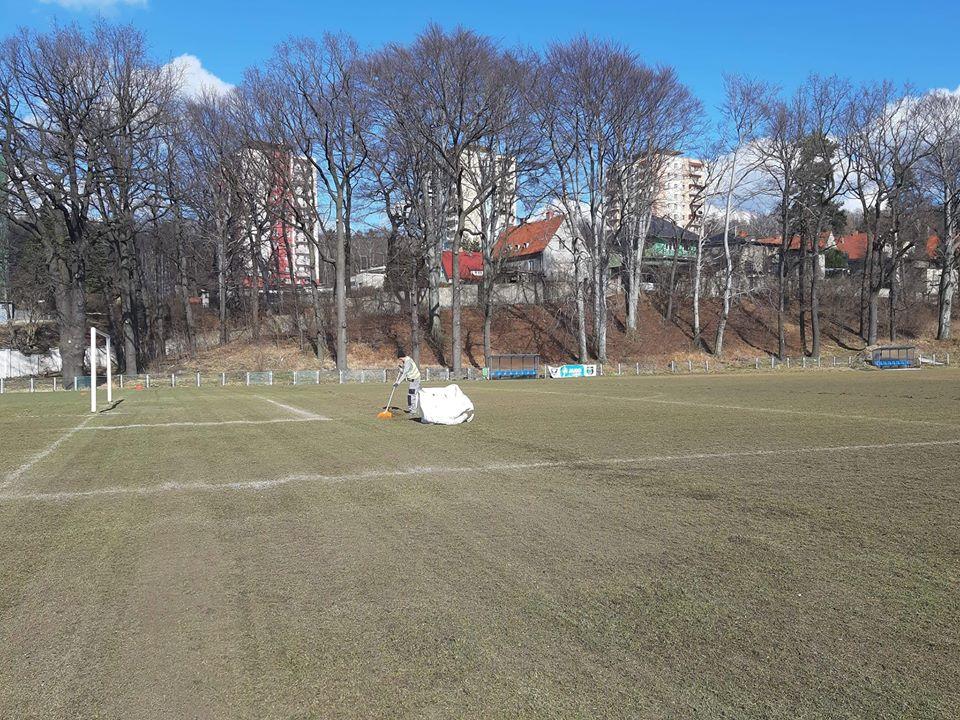 Piłka nożna: Murawa na Gwarku w coraz lepszym stanie