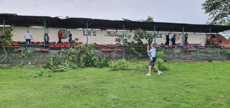 A klasa: Wichura wygrała z piłką. Stadion Herbapolu zniszczony!